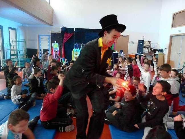 un magicien parmi les enfants